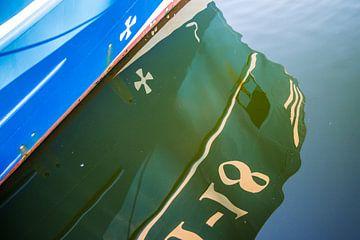 Reflectie van een scheepsboeg van Rob Altena