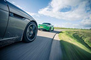 Porsche Boxter und Jaguar F-Type in der Kurve