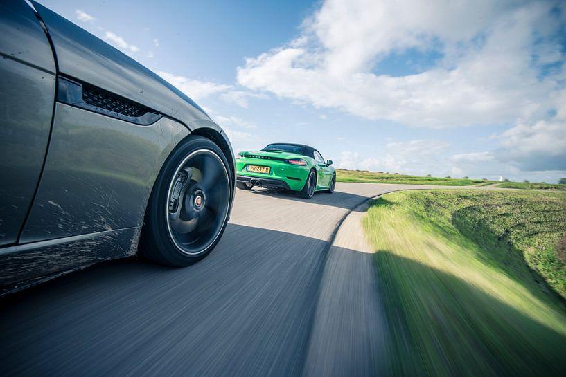 Porsche Boxter und Jaguar F-Type in der Kurve von Sytse Dijkstra