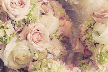 Trouwboeket van rozen in roze en wit van Atelier Liesjes