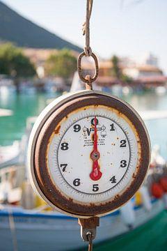 Weegschaal in een traditionele Griekse vissershaven van Victor van Dijk