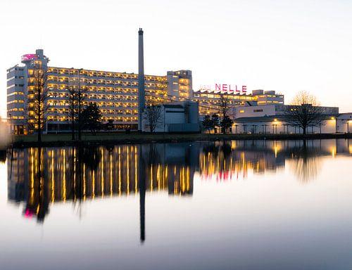 Van Nelle fabriek Rottedam by night van Hans Verhulst