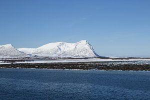 Sneeuw op berg in het noorden van Noorwegen van
