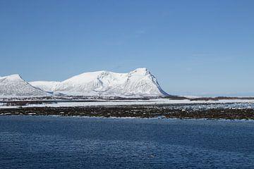 Sneeuw op berg in het noorden van Noorwegen van Ymala Antonsen