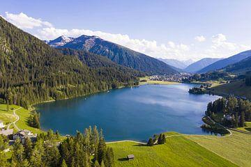 Luchtfoto van het Davos-meer in Davos van Werner Dieterich