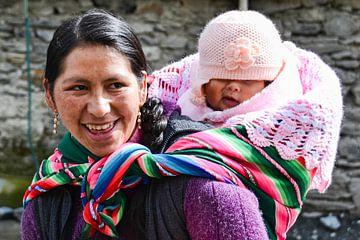Mère bolivienne avec enfant au dos sur Monique Tekstra-van Lochem