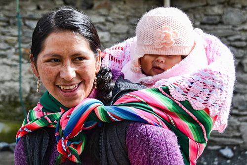 Boliviaanse vrouw met kind op rug in kleurige doek
