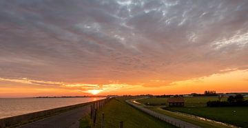 Polderlandschaft bei Sonnenuntergang von Marjolein van Middelkoop