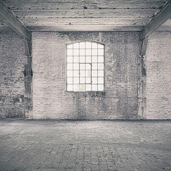 Verlaten plekken: Sphinx fabriek Maastricht venster 1. van Olaf Kramer