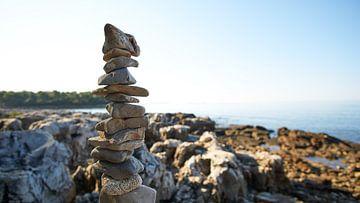 Steinstapel an der kroatischen Küste von WittholmPhotography