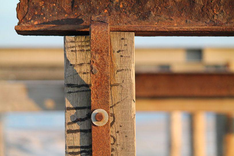 Roest en strandpalen horizontaal van Marit Visser