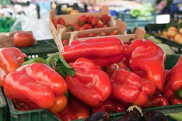 Rode paprika's op een markt in Mallorca van t.ART