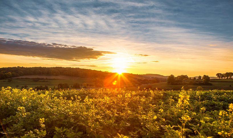 Zonsopkomst bij Mamelis in Zuid-Limburg van John Kreukniet