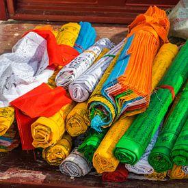 Opgerolde gebedsvlaggen bij de tempel, Tibet van Rietje Bulthuis