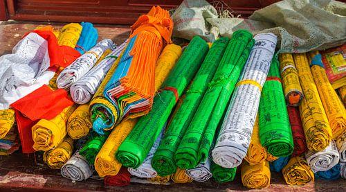 Opgerolde gebedsvlaggen bij de tempel, Tibet
