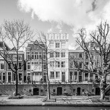 Stadsgezicht met grachtenpanden en werfkelders in Utrecht van Petra Cremers
