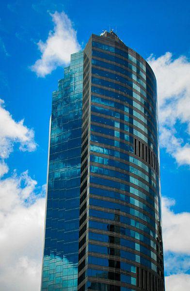 Wolken weerspiegeling in een wolkenkrabber, Brisbane van Rietje Bulthuis