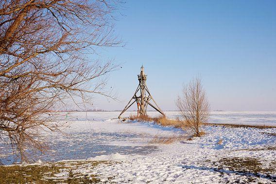 Vuurtoren bij met ijs bedekt IJsselmeer