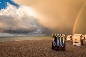 Strandkörbe mit Regenbogen an der Ostsee