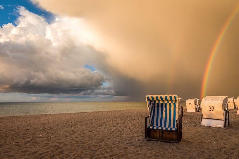 Strandkörbe mit Regenbogen an der Ostsee van Christian Müringer