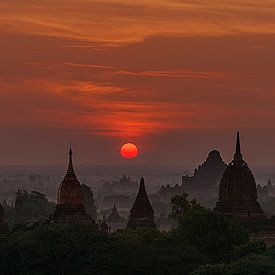 Nyaung-U Township: Zonsopkomst in Old Bagan van Maarten Verhees