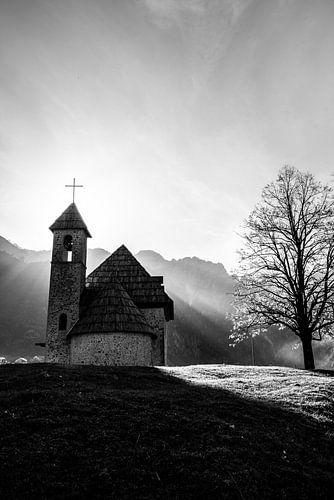 Schattig kerkje in de bergen. Zwart wit foto.
