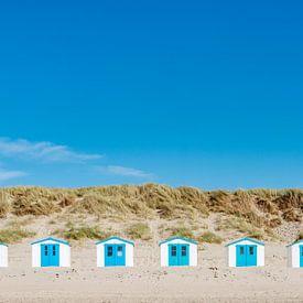 7 strandhuisjes in rij op het eiland Texel. van Ron van der Stappen