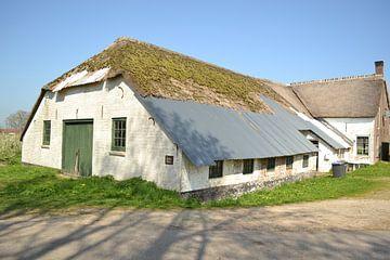 vervallen boerderij op landgoed marienwaard in gelderland van tiny brok