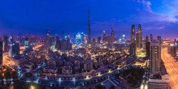 Dubai Skyline mit Burj Khalifa zur Blauen Stunde von Jean Claude Castor