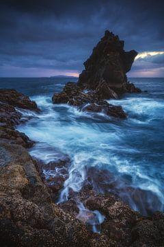 Madeira Santa Cruz rotsen in het water van Jean Claude Castor