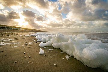 Meeresschaum an einem nordholländischen Strand während eines stürmischen Wintermorgens von Arthur Puls Photography