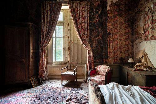 Verlassenes Schlafzimmer im Verfall.