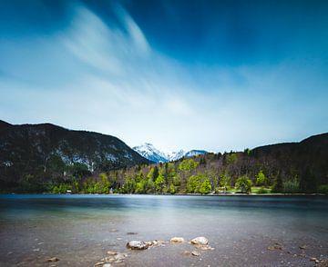 Het meer van Bohinj met de Alpen in Slovenië van Patrik Lovrin