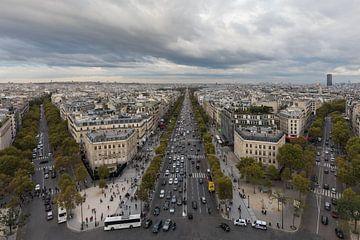 De Champs Elysées vanaf de Arc de Triomphe in Parijs van