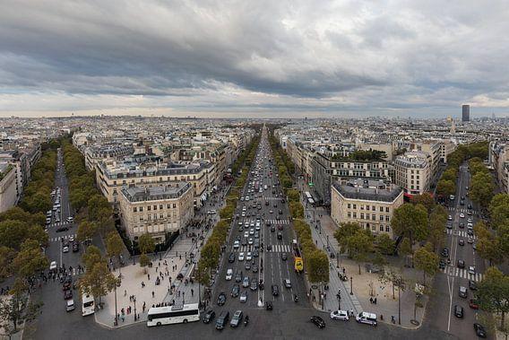 De Champs Elysées vanaf de Arc de Triomphe in Parijs