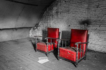 Rode stoelen van Inge van den Brande