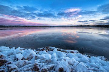 Winter lake van Marc Hollenberg