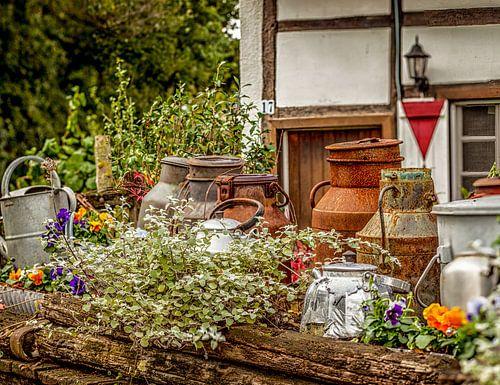 Oude melkbussen en fluitketels op boerenerf