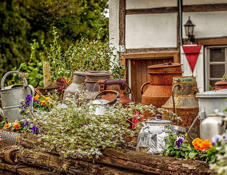 Oude melkbussen en fluitketels op boerenerf van John Kreukniet
