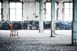 Rode stoel in industriele omgeving van