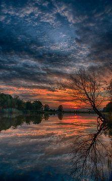 Zonsondergang met prachtige kleuren van Dirk jan Duits