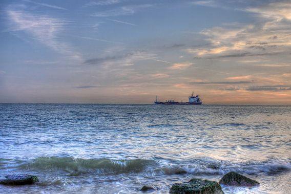 Schip dicht bij kust Zoutelande