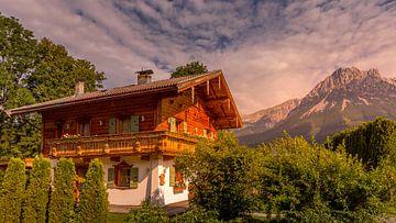 Maison typique en Autriche à la lumière du soir. sur Gunter Nuyts