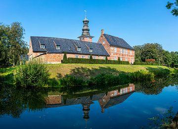 Schloss vor Husum spiegelt sich im Schlossgraben von Alexander Wolff