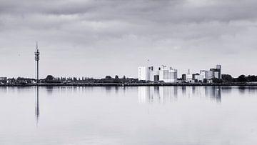 Die Windstille im Wormer und Jisperveld erzeugt ein schönes Spiegelbild auf der Wasseroberfläche. von Studio de Waay