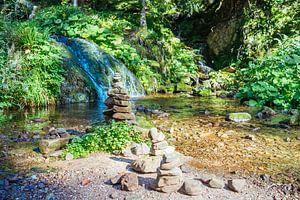 Cairn an einem Wasserfall von Patrycja Polechonska