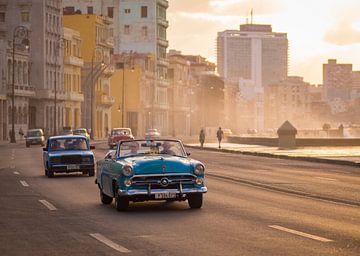 Klassieke auto's en zonsondergang in Havana, Cuba van Teun Janssen
