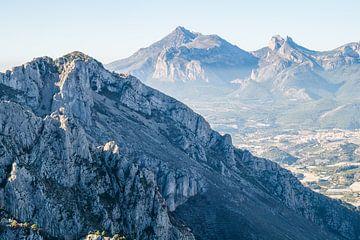 Blauw berglandschap met Puig Campana van Montepuro