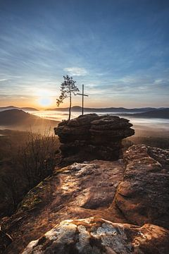 Rotsen weg van het topkruis in de zonsopgang van Fotos by Jan Wehnert