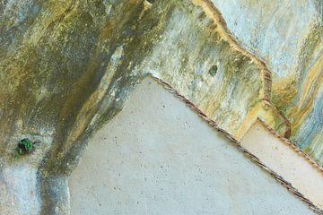 Artificiel, bien sûr. Mur de pierre avec maison.